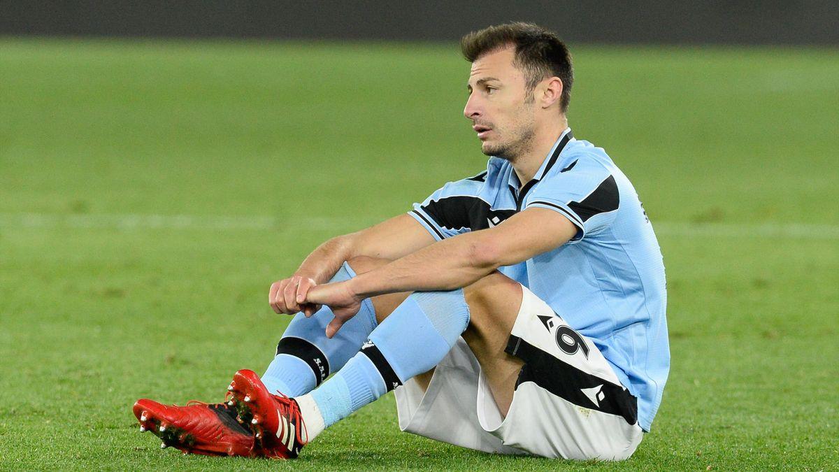 Radu sconsolato a terra dopo l'errore decisivo in Lazio-Hellas Verona