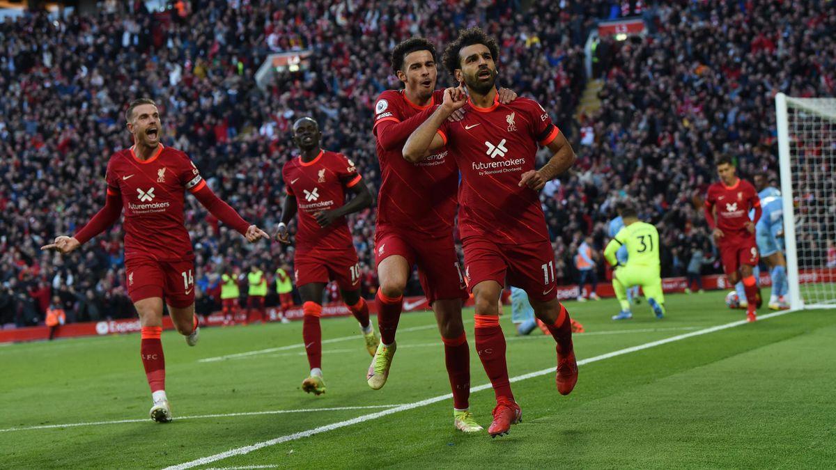 Mohamed Salah (vorne; FC Liverpool) bejubelt seinen Treffer gegen Manchester City