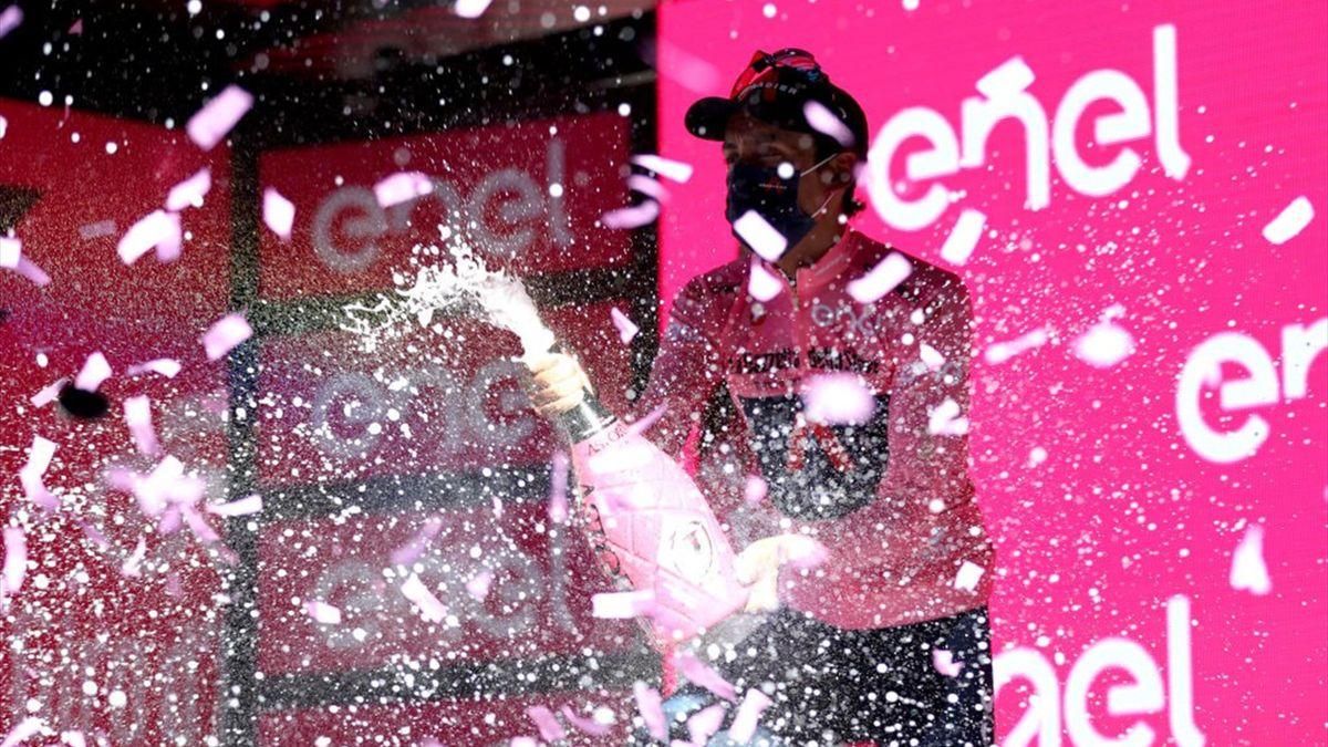 Egan Bernal sul podio di Bagno di Romagna con la maglia rosa - Giro d'Italia 2021