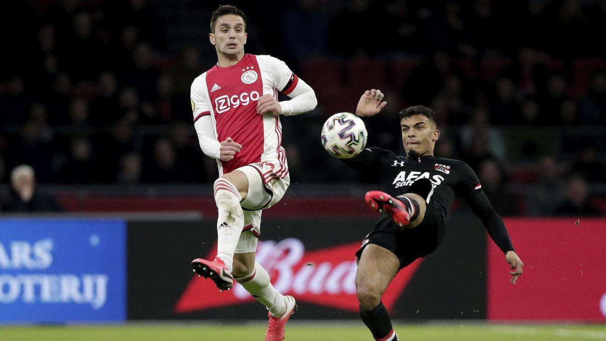Dusan Tasic (Ajax Amsterdam) gegen Owen Wijndal (AZ Alkmaar) im Topspiel der Eredivisie