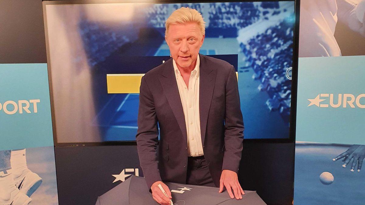 Boris Becker signiert einen Eurosport-Regenschirm