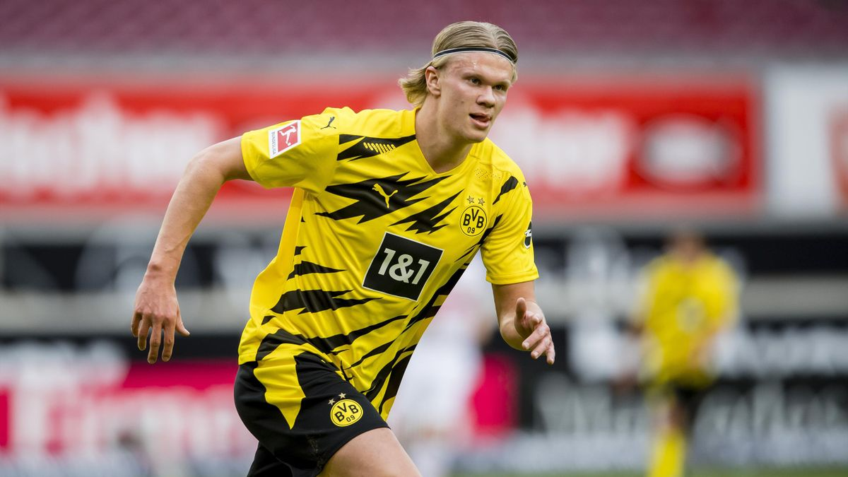 Erling Haaland of Borussia Dortmund in action during the Bundesliga match between VfB Stuttgart and Borussia Dortmund at the Mercedes-Benz Arena
