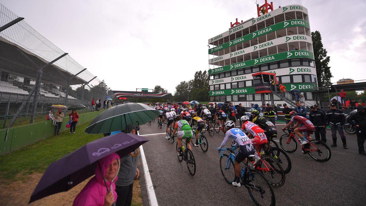Le peloton du Giro 2018 traversant la piste du circuit Enzo e Dino Ferrari à Imola