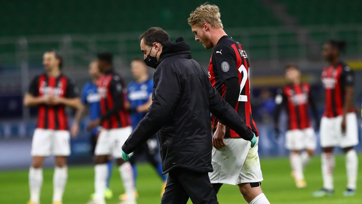 Simon Kjaer esce dal campo nel derby contro l'Inter