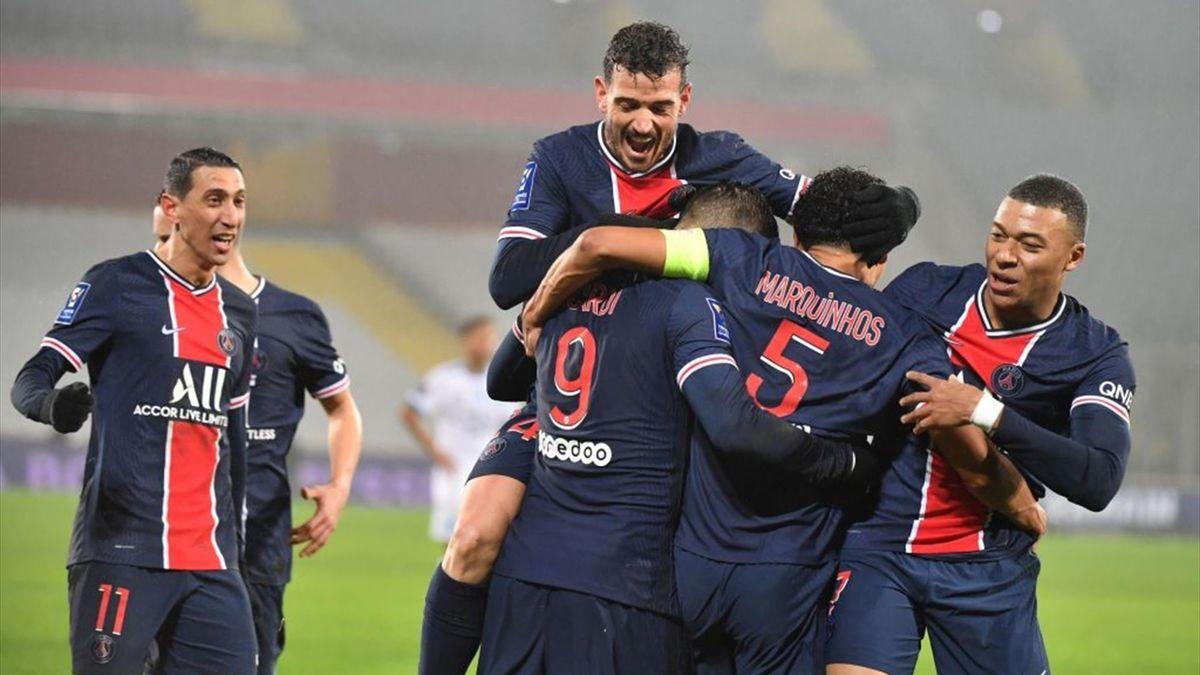 PSG-Stürmer Mauro Icardi (Nr. 9) jubelt mit seinen Mitspielern über seinen Treffer zum 1:0