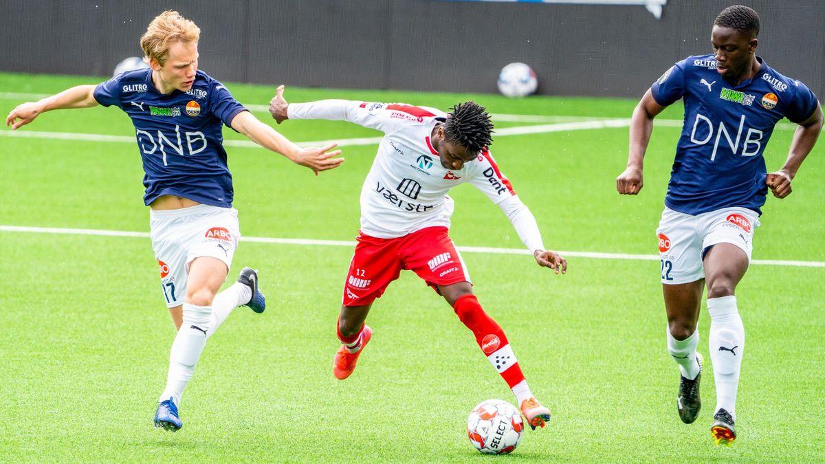 FFK-spiller Taofeek Ismaheel i duell med Tobias Gulliksen og Prosper Mendy i Strømsgodset.