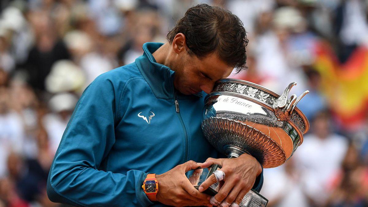 Rafael Nadal, le trophée de Roland-Garros dans les bras.