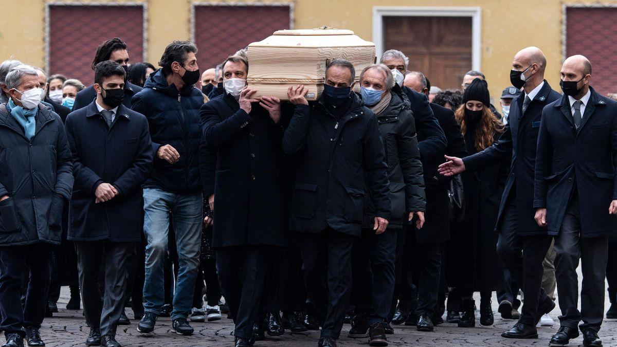 Paolo Rossi, i funerali: il feretro portato dai compagni del 1982