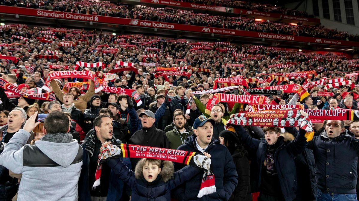 """Fanii lui Liverpool cântă """"You'll Never Walk Alone"""""""