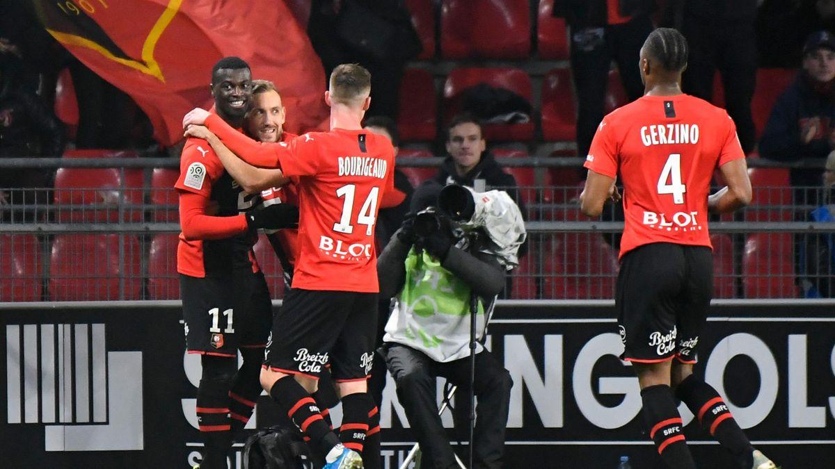 Les Rennais félicitent M'Baye Niang, buteur contre le SCO d'Angers en Ligue 1