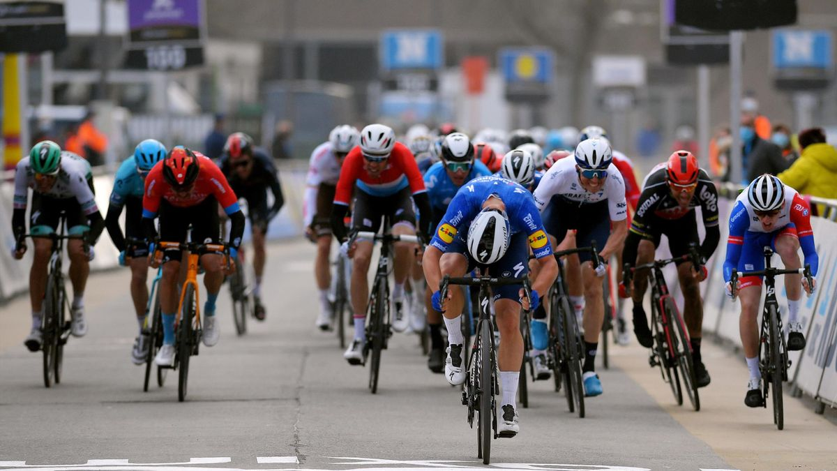 Jake Stewart contests a clean sprint at Omloop Het Nieuwsblad