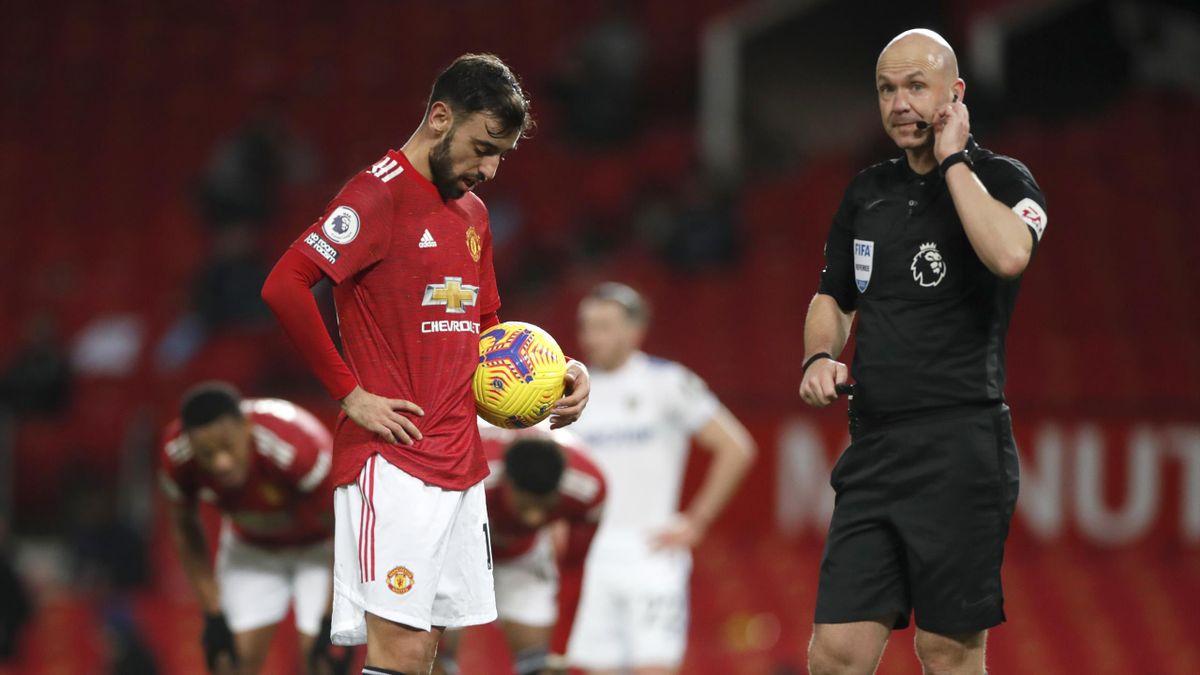 Bruno Fernandes dans l'attente d'une décision définitive de l'arbitre Anthony Taylor lors d'un match opposant MU à Leeds, le 20 décembre 2020, en Premier League