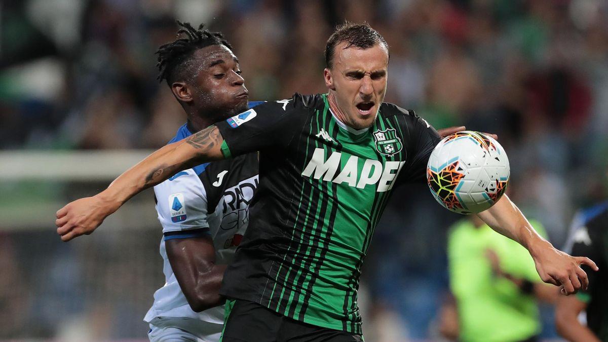 Vlad Chiriches în luptă cu Duvan Zapata - Sassuolo-Atalanta Serie A 2019-20