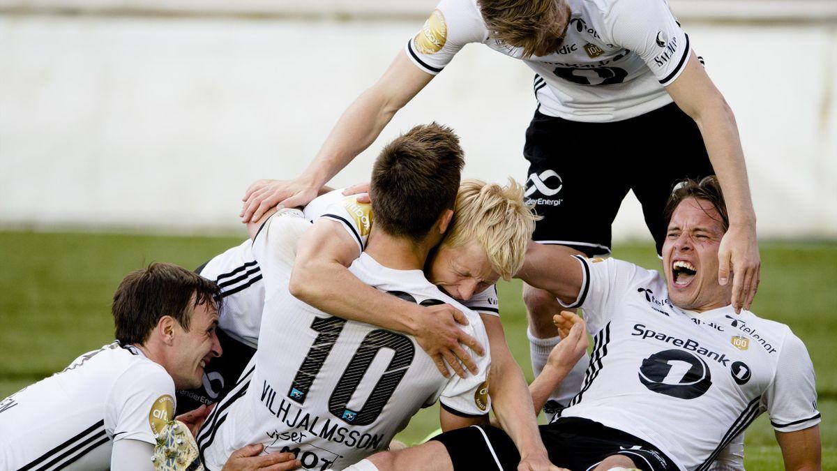 Rosenborgs Matthías Vilhjálmsson scoret det viktige 2-1 målet under kvalifiseringen til Champions League (2. runde, 2. kamp) mellom Rosenborg og Dundalk på Lerkendal Stadion. Her gratuleres han av (fv) Mike Jensen, Matthías Vilhjálmsson, Birger Meling, An