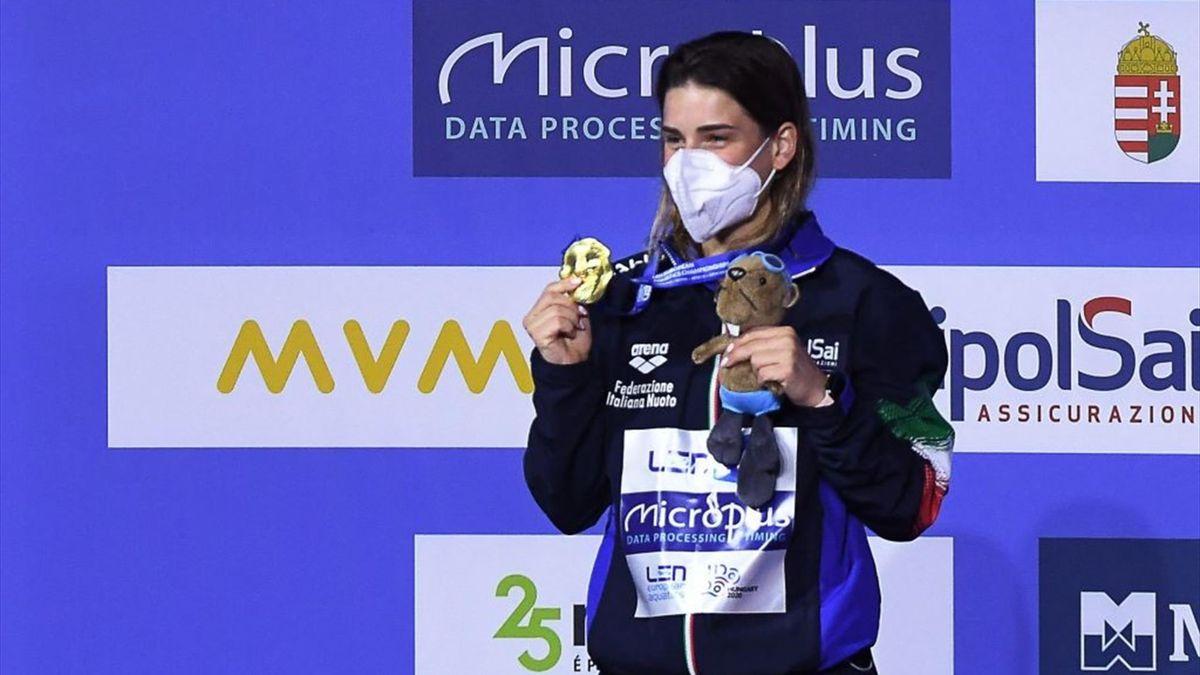 Elena Bertocchi sul podio con la medaglia d'oro vinta agli Europei di tutti 2021 nel trampolino da 1 metro