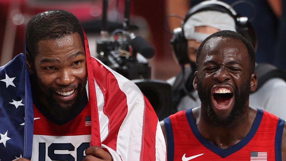 Kevin Durant und Draymond Green mit der US-Fahne um den Hals