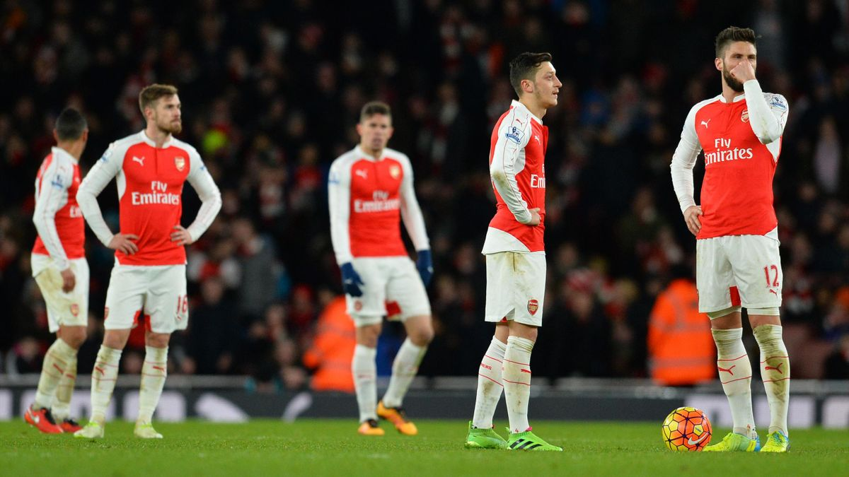 Arsenal players including Arsenal's French striker Olivier Giroud (R) and Arsenal's German midfielder Mesut Ozil (2R) wait to restart after Swansea scored their second goal during the English Premier League football match between Arsenal and Swansea City