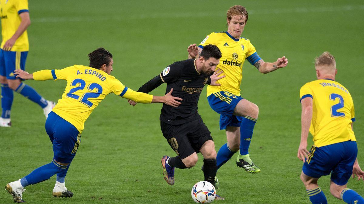 Cadiz players surround Lionel Messi