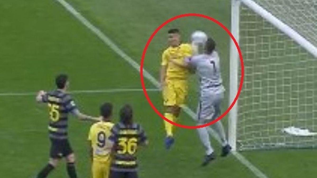 L'episodio di Faraoni con Handanovic giudicato carica sul portiere dall'arbitro Abisso, Getty Images