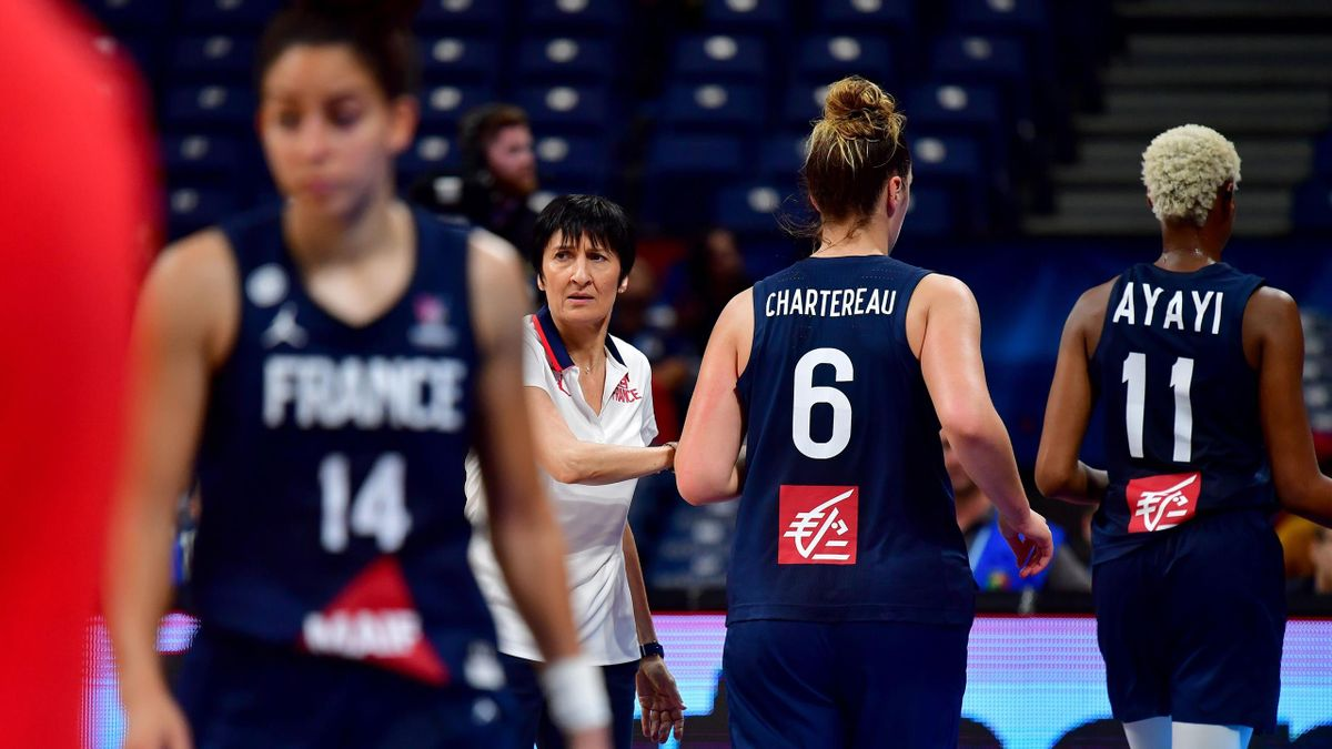 Valerie Garnier (2nd L) claps hands with her playersduring the Women's Eurobasket 2019 final basketball match between Spain and France