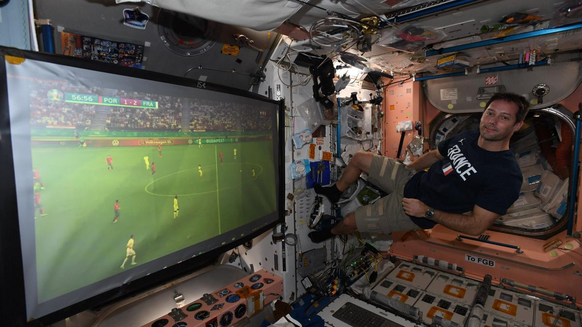 Космонавт смотрит футбол на МКС