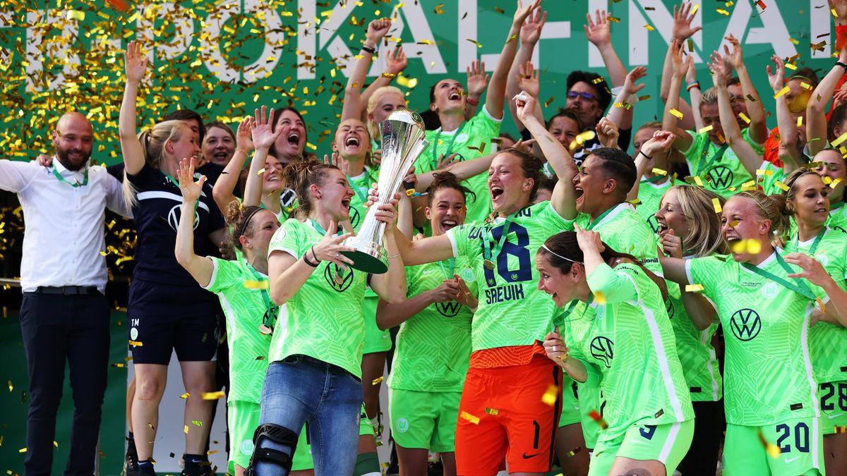 Almuth Schult (orangene Hose) jubelt mit dem DFB-Pokal in der Hand