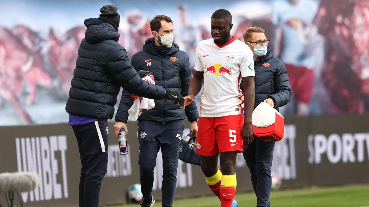 Dayot Upamecano musste im Spiel gegen Eintracht Frankfurt verletzt ausgewechselt werden