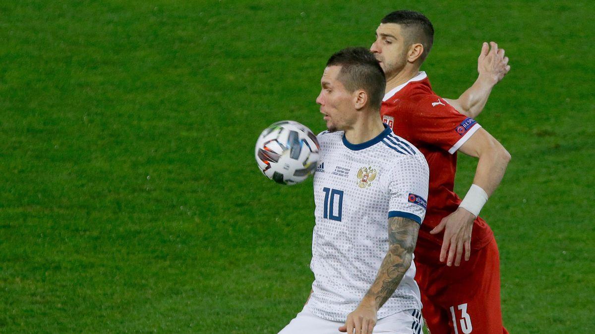 Антон Заболотный и Стефан Митрович сражаются за мяч в матче Сербия – Россия
