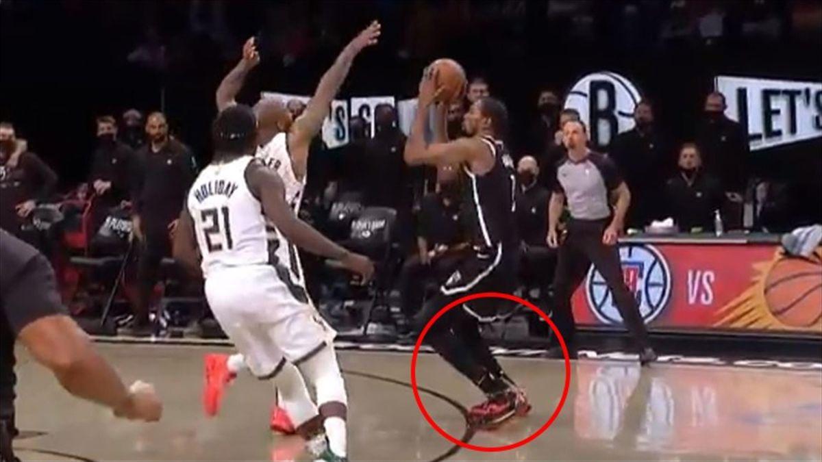 NBA, Durant pesta la linea sul tiro decisivo