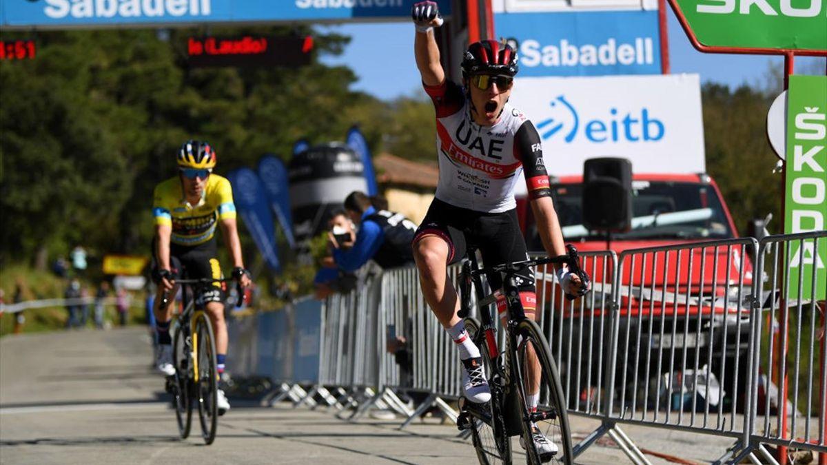 Tadej Pogacar esulta al traguardo di Laudio per la vittoria della 3a tappa del Giro dei Paesi Baschi davanti a Roglic - Getty Images
