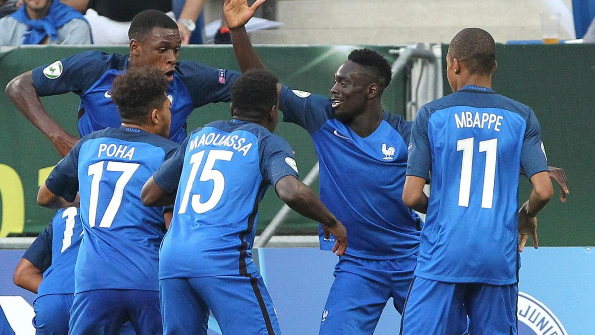 Jean-Kévin Augustin félicité après avoir ouvert le score face à l'Italie en finale de l'Euro U19