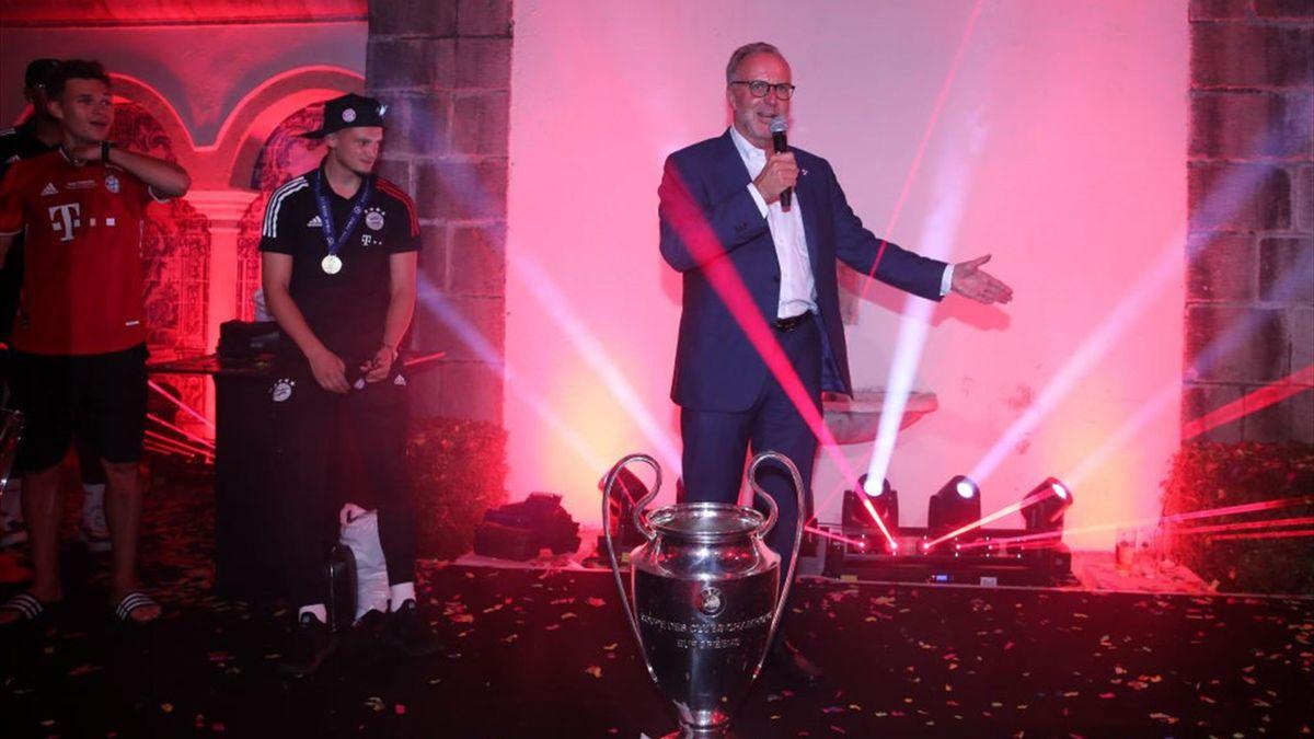 Karl-Heinz Rummenigge mit der Champions-League-Trophäe