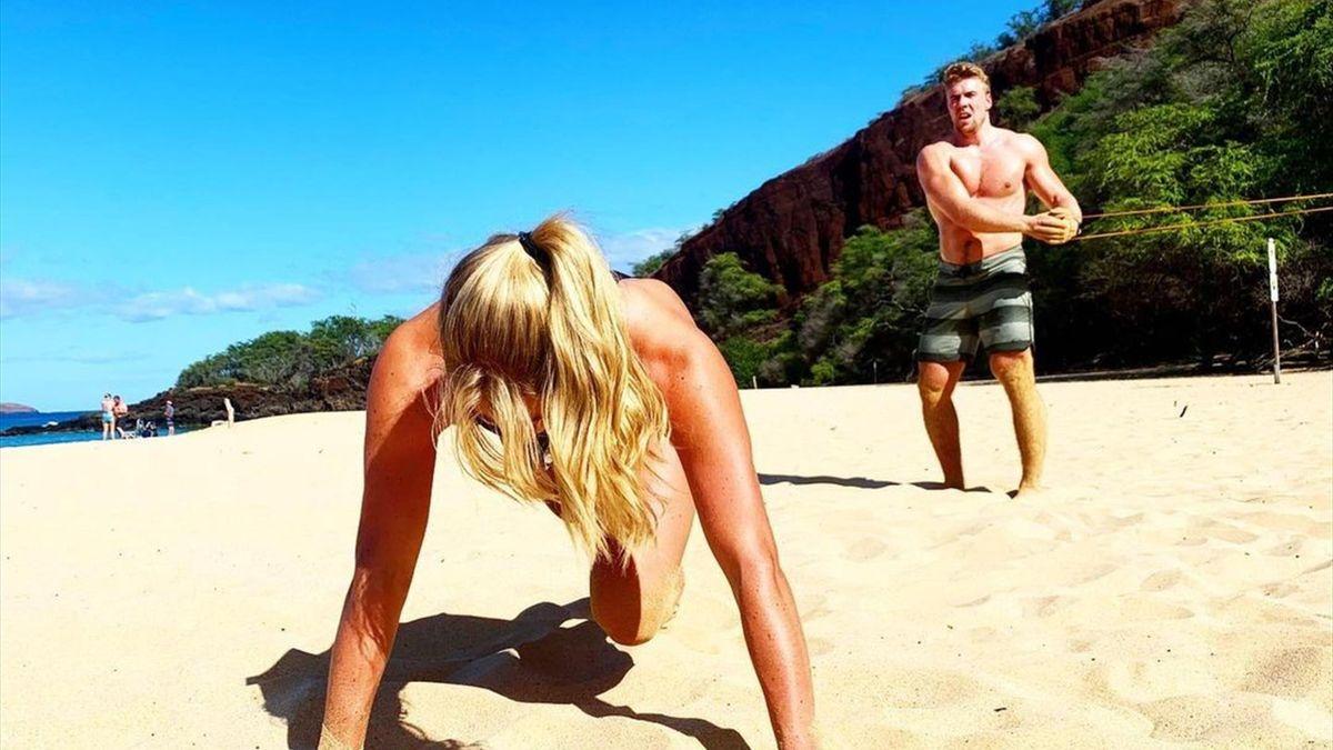 Mikaela Shiffrin und Aleksander Aamodt Kilde halten sich gemeinsam am Strand fit