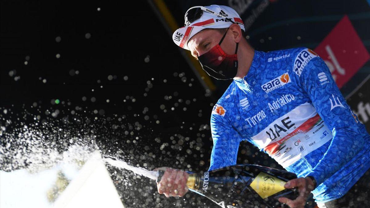 Tadej Pogacar festeggia la maglia azzurra conquistata alla Tirreno-Adriatico 2021 - Getty Images
