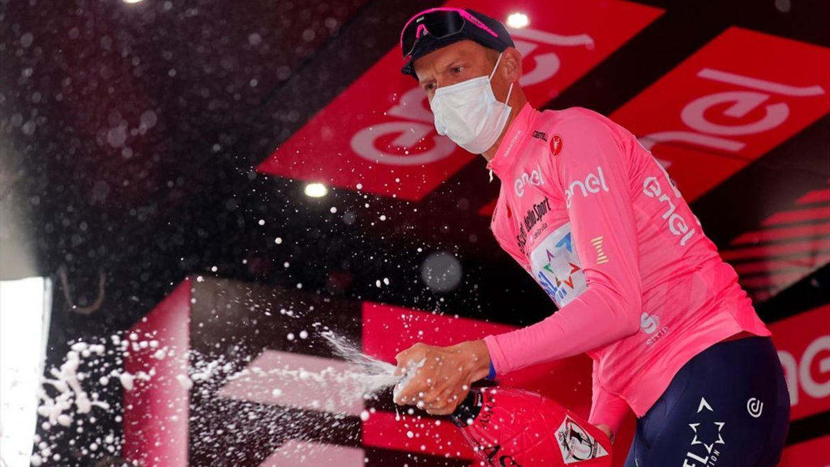 De Marchi con la maglia rosa sul traguardo di Sestola - Giro d'Italia 2021