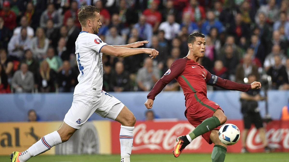 Лидер сборной Португалии Криштиану Роналду в матче против Исландии