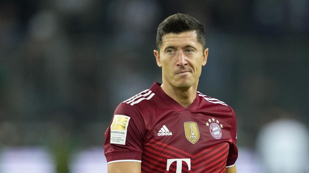 Robert Lewandowski of Bayern Muenchen looks dejected during the Bundesliga match between Borussia Moenchengladbach and FC Bayern Muenchen at Borussia-Park on August 13, 2021 in Moenchengladbach, Germany