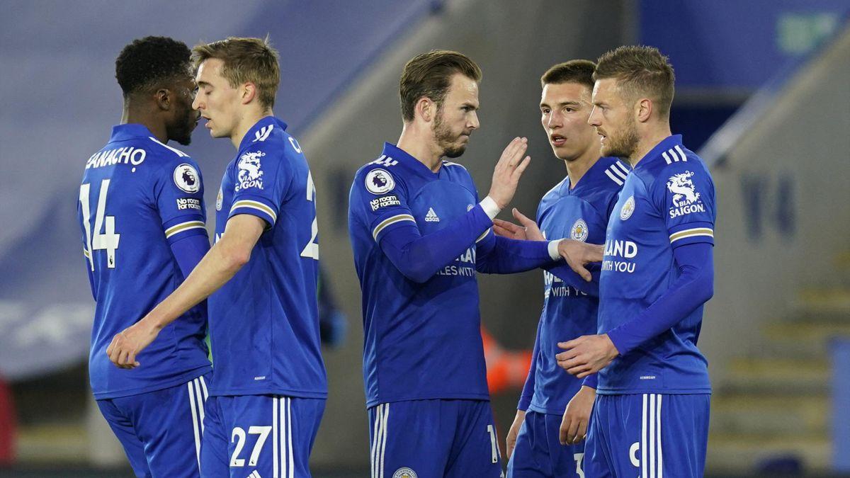 Leicester players celebrate Jamie Vardy's goal