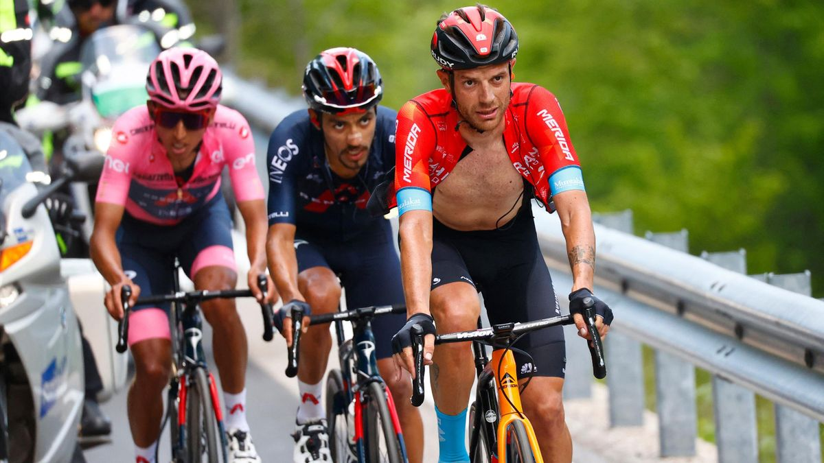 Damiano Caruso (Bahrain-Victorious), devant les INEOS Grenadiers Daniel Felipe Martinez et Egan Bernal, dans l'ascension de Sega di Ala sur la 17e étape du Giro 2021