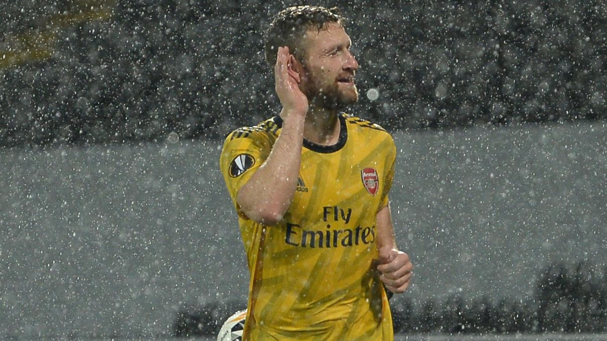 Shkodran Mustafi of Arsenal celebrates with Rob Holding after scoring his team's first goal during the UEFA Europa League group F match between Vitoria Guimaraes and Arsenal FC at Estadio Dom Afonso Henriques on November 06