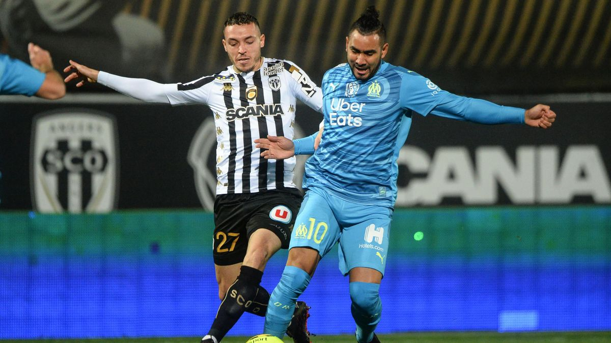 Angers' Portuguese midfielder Mathias Pereira Lage (L) fights for the ball with Marseille's French midfielder Dimitri Payet (R) during the French L1 football match between SCO Angers and Olympique de Marseille