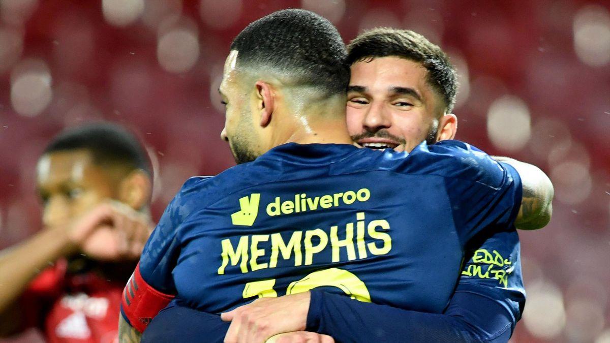 Houssem Aouar et Memphis Depay lors du match opposant Brest à Lyon, le 19 février 2021, en Ligue 1