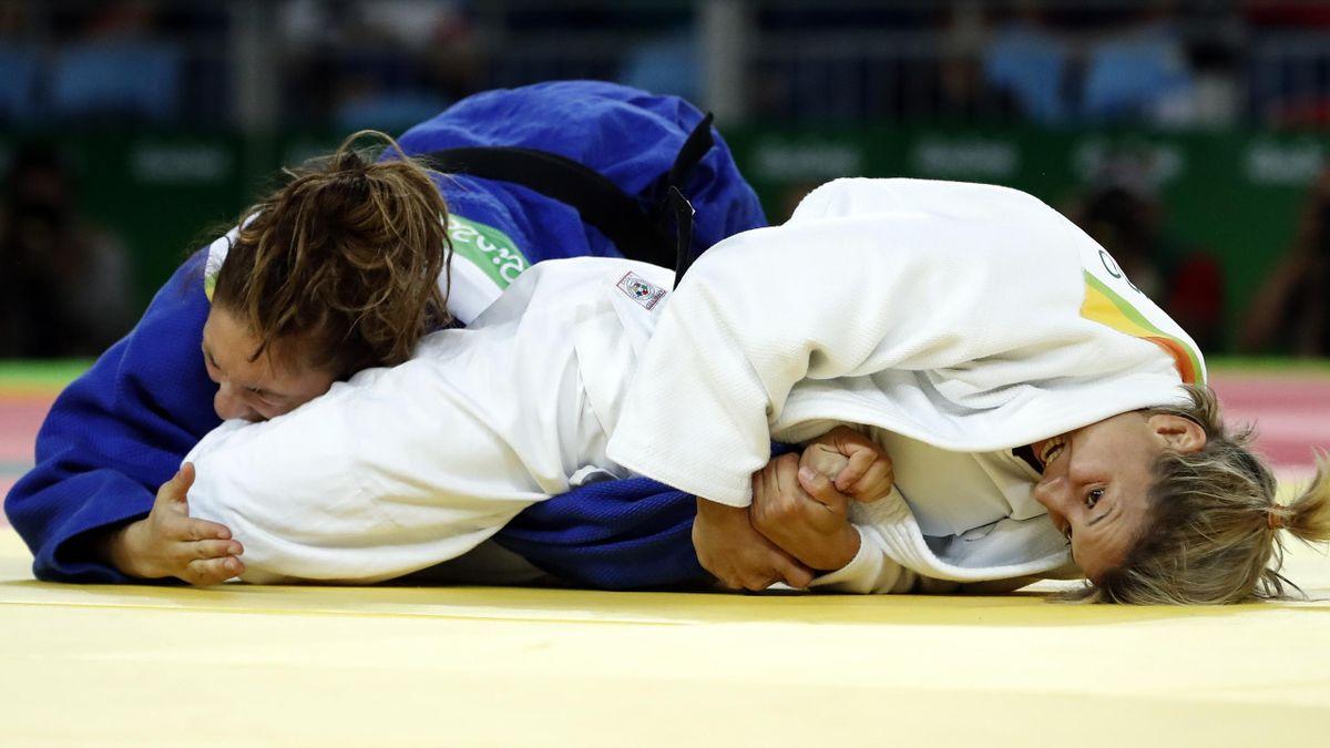 Automne Pavia soumise à une clé de bras lors de son combat face à Telma Monteiro lors des Jeux de Rio 2016 (judo