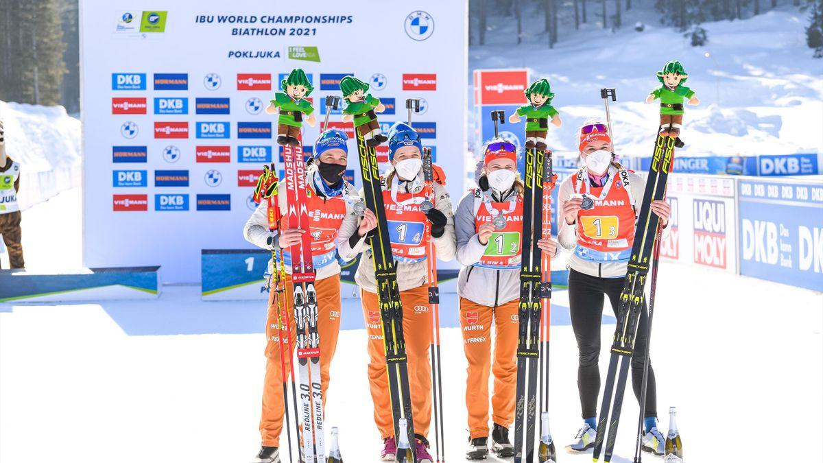 Vanessa Hinz, Franziska Preuß, Janina Hettich und Denise Herrmann (v. l. n. r.) freuen sich über Silber in der Damen-Staffel