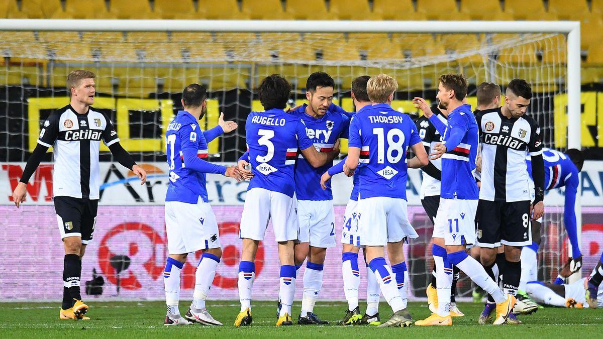 La Sampdoria esulta dopo il gol di Yoshida al Parma