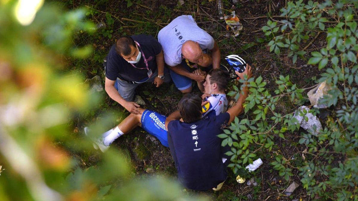 Remco Evenepoel soccorso dai medici dopo la caduta al Giro di Lombardia.