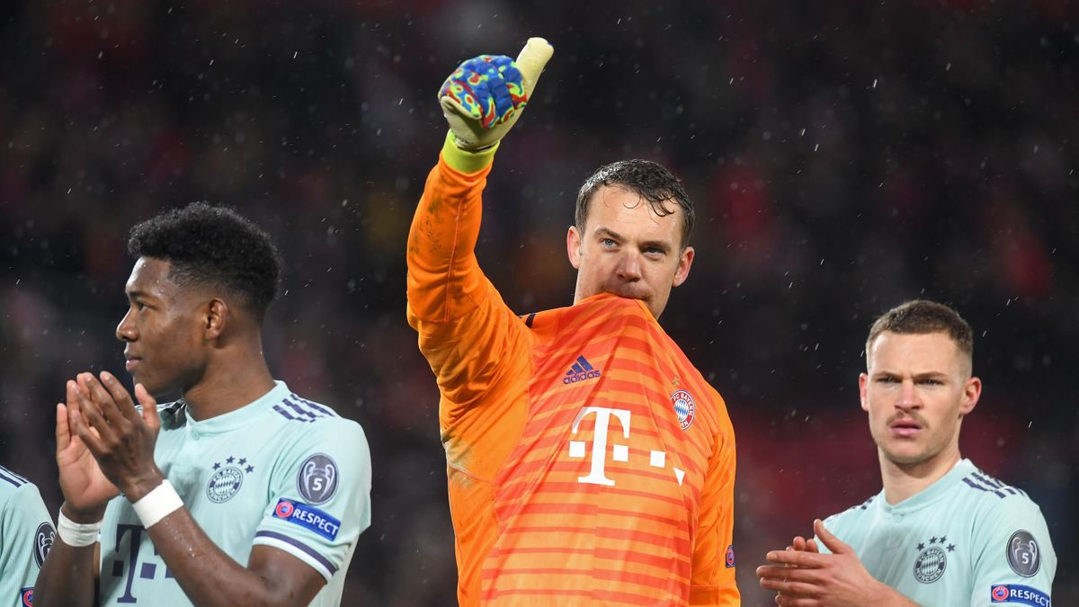 Manuel Neuer gives the thumbs up
