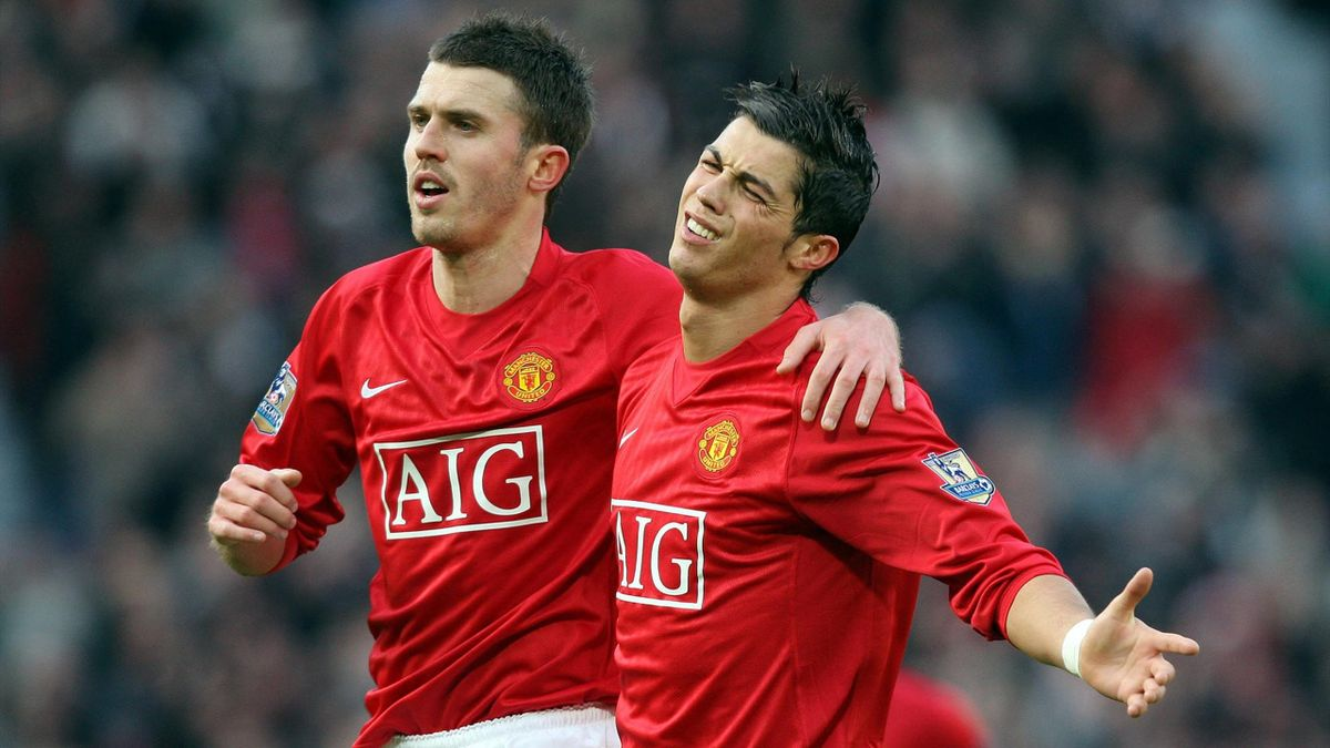 Cristiano Ronaldo (R) of Manchester United celebrates with team-mate Michael Carrick after scoring during the Premier league football match against Everton at Old Trafford, Manchester , north-west England, 23 December 2007.