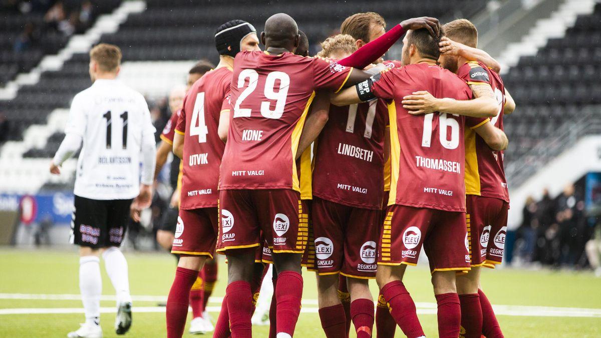 Sarpsborg 08-spillerne feirer 1-0-scoringen til Jonathan Lindseth.