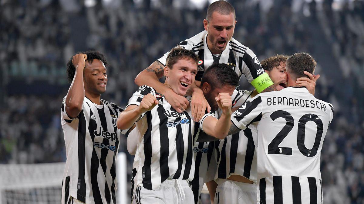 Federico Chiesa (2.v.l.) schießt Juventus Turin zum Sieg
